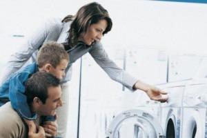 Famille qui utilise un machine à laver