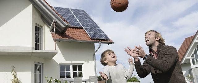 Père et fils jouant au ballon