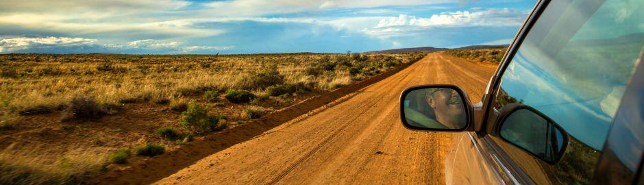 SUV sur une route de terre