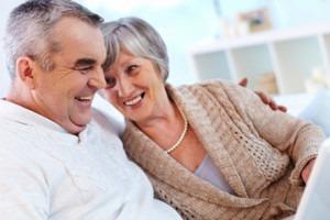 Couple de retraités discutant d'un futur projet
