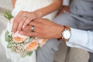 Couple de jeunes mariés se tenant la main