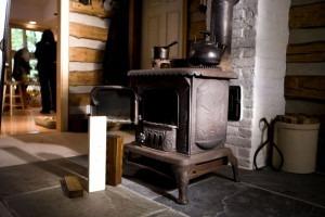 Poêle à bois dans un salon d'une maison